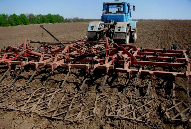 культивация земли трактором